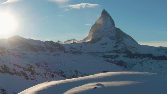 stockvideo's en b-roll-footage met matterhorn mountain bij zonsondergang in de winter. zwitsers landschap. zwitserland. luchtfoto - matterhorn