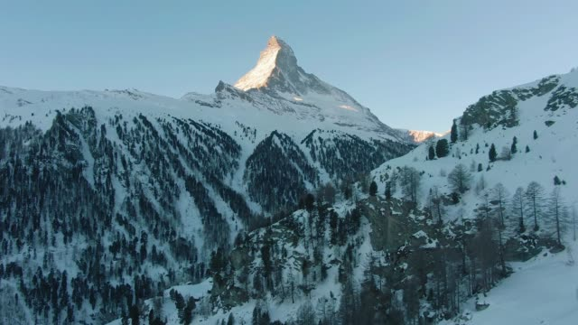 stockvideo's en b-roll-footage met matterhorn mountain in de winter 's ochtends. zwitserse alpen. zwitserland. luchtfoto. onthullen shot - matterhorn