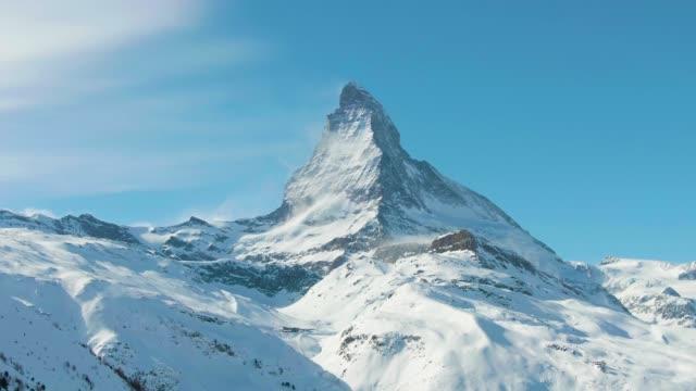 stockvideo's en b-roll-footage met matterhorn mountain in de winter zonnige dag. zwitserland. luchtfoto. medium shot - matterhorn