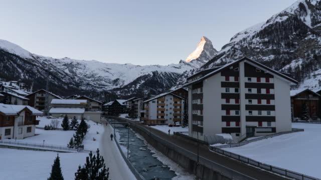 stockvideo's en b-roll-footage met de berg van de matterhorn, zermatt in zwitserland. - zermatt