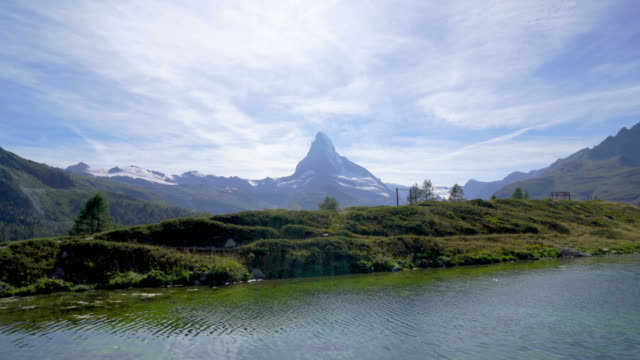 stockvideo's en b-roll-footage met matterhorn met meer in zermatt, zwitserland - zermatt