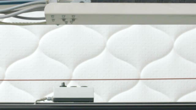 vídeos y material grabado en eventos de stock de fabricación de colchones, colchones planta, costura de colchones en la máquina de coser - colchón