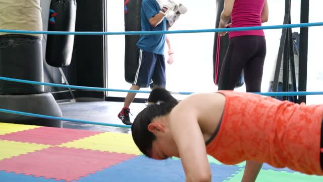 成熟した大人の女性ボクシング ジムでトレーニング - 戦う点の映像素材/bロール