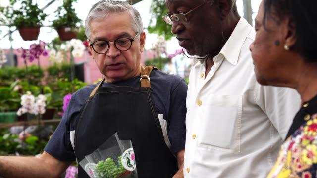 熟女カップル、アフリカお客様のフラワー マーケットで購入 - 花市場点の映像素材/bロール