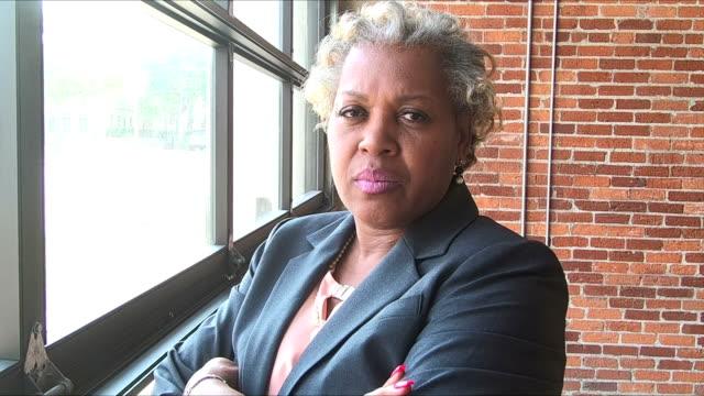 vídeos de stock e filmes b-roll de mature african-american woman in suit, stern, assertive - dureza