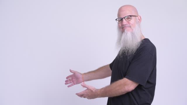 mogen skallig man med lång grått skägg - endast en medelålders man bildbanksvideor och videomaterial från bakom kulisserna