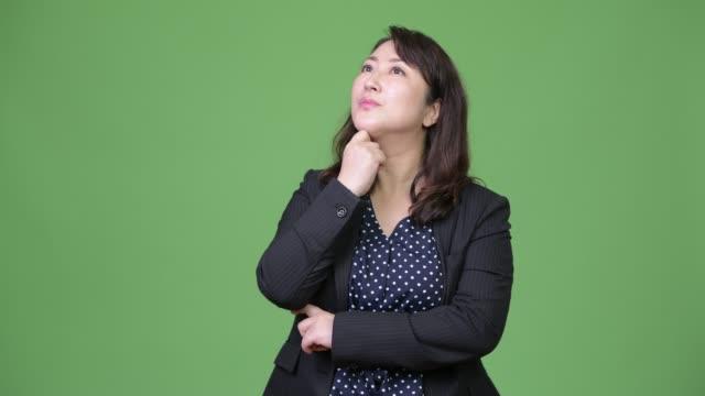 stockvideo's en b-roll-footage met rijpe mooie aziatische zakenvrouw denken - dameskostuum