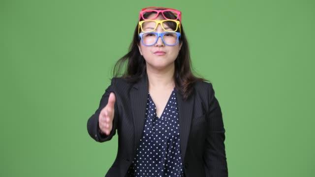 面白いコンセプトとして着て眼鏡を多く成熟した美しいアジア女性実業家 - スタジオ 日本人点の映像素材/bロール
