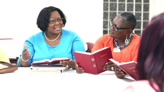 uomini e donne neri maturi nel gruppo di studio biblico - chiesa video stock e b–roll