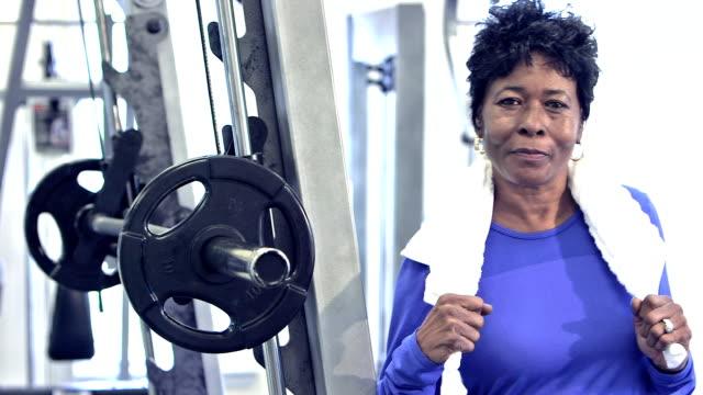 mogen svart kvinna på gymmet - black woman towel workout bildbanksvideor och videomaterial från bakom kulisserna
