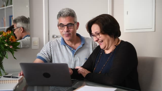 mature brazilian couple using laptop computer - 50 59 lat filmów i materiałów b-roll