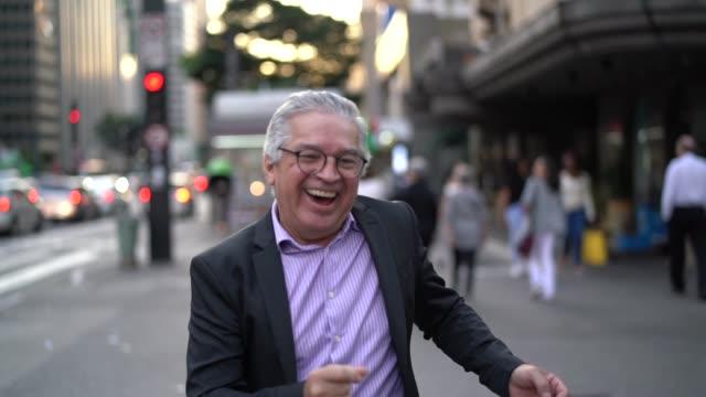 춤과 거리에서 재미 사업가 성숙 - 속 편함 스톡 비디오 및 b-롤 화면
