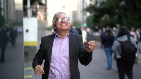 vídeos y material grabado en eventos de stock de maduro hombre de negocios de baile y la diversión en la calle - bailar