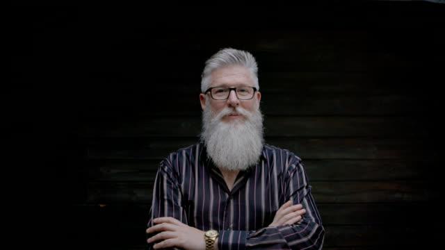 vídeos de stock e filmes b-roll de mature businessman standing in office - homem casual standing sorrir