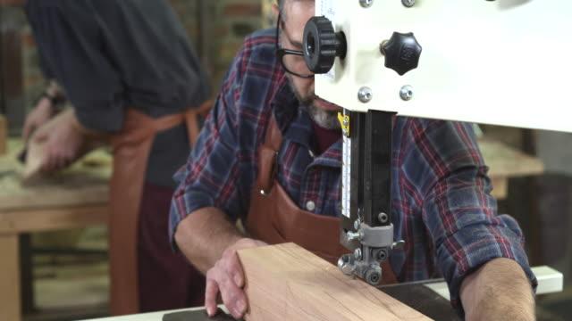 reife cabinet maker erstellt ein cabrioli bein mit bandsäge - bandsäge stock-videos und b-roll-filmmaterial