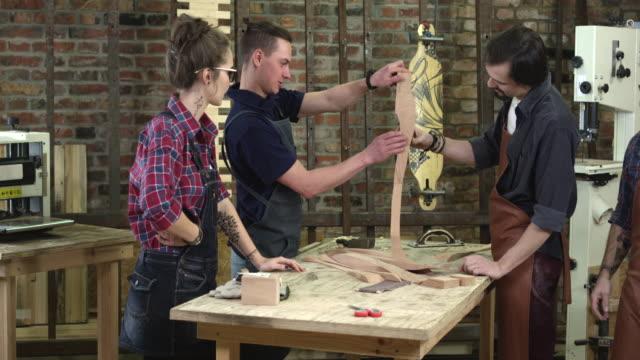 reifen sie bein cabrioli zu seinem jüngeren teamkollegen cabinet maker präsentiert - bandsäge stock-videos und b-roll-filmmaterial