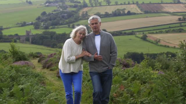 Älteres Paar bei einem Spaziergang auf dem Land – Video
