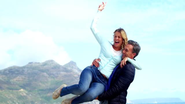 vidéos et rushes de couple senior jouissant sur la plage - 40 44 ans