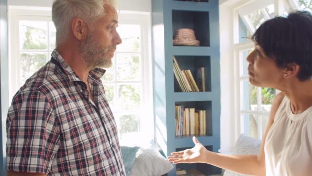 coppia matura in casa ufficio avendo argomento - lottare video stock e b–roll