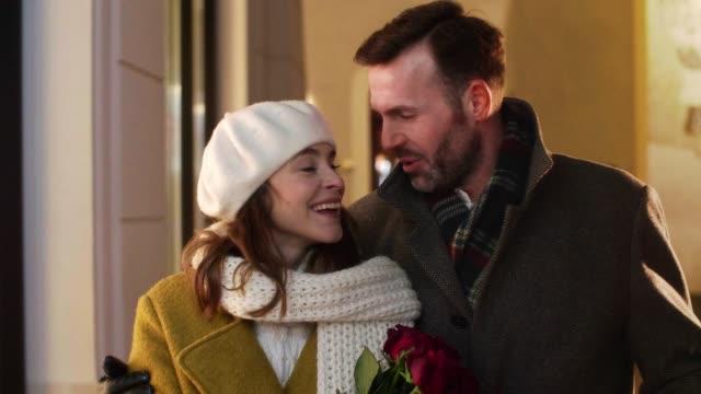 mature couple in the city street - para aranżacja filmów i materiałów b-roll