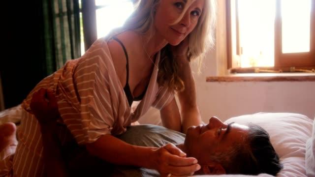 成熟的夫婦躺在床上調情 - 浪漫 個影片檔及 b 捲影像