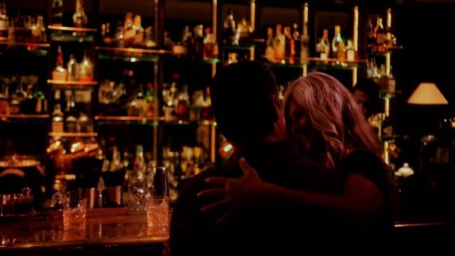 Couple senior sur rendez-vous romantique assis sur comptoir - Vidéo
