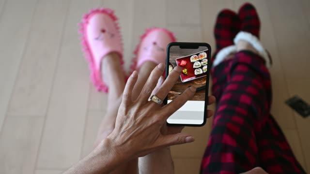 olgun çift sipariş gıda yemek mobil cihaz uygulaması - sipariş vermek stok videoları ve detay görüntü çekimi