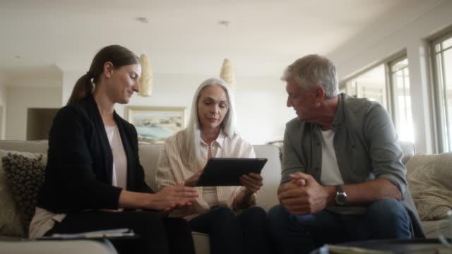 成熟的夫婦與財務顧問在家裡 - 三四十歲的人 個影片檔及 b 捲影像