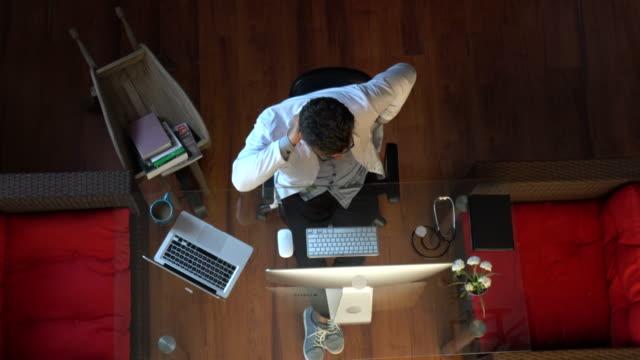 vídeos y material grabado en eventos de stock de médico maduro sentado en el consultorio tiene dolor de espalda - columna vertebral humana