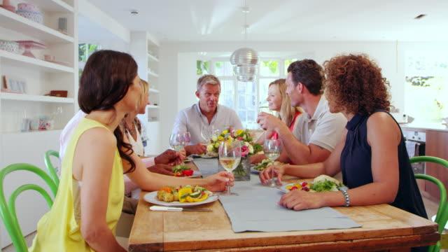 vídeos y material grabado en eventos de stock de maduro amigos en la mesa en cena en el escalofriante r3d - toma mediana