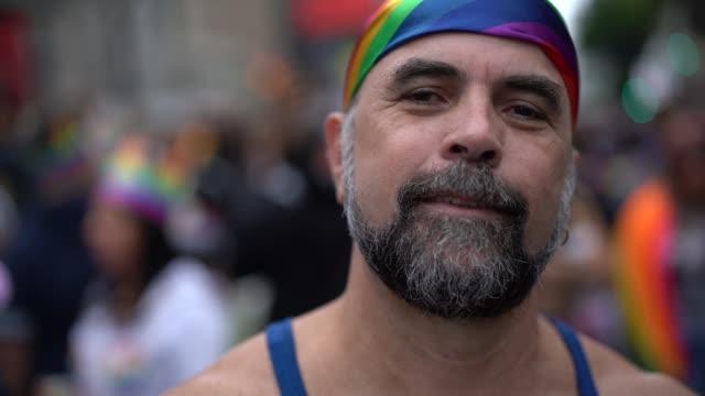 vídeos de stock, filmes e b-roll de homem gay maduro na parada gay - lgbt