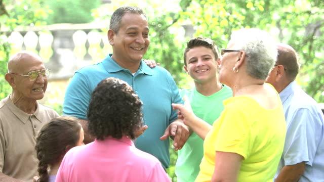 Hombre hispano maduro con su familia de múltiples generaciones - vídeo