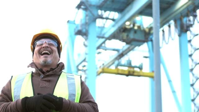 reifer hispanic mann arbeiten am seehafen, lachen - arbeiter stock-videos und b-roll-filmmaterial