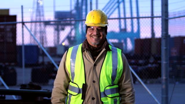 笑顔、積み出し港で働いていたヒスパニック系男性を成熟します。 - 建設作業員点の映像素材/bロール
