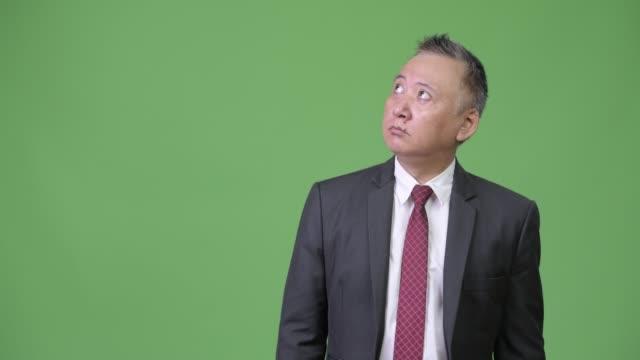 mogna japansk affärsman chockad och överraskad när du tittar - kostym sida bildbanksvideor och videomaterial från bakom kulisserna