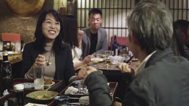 olgun japon kadın meslektaşları ile tokyo restoranda zevk - bar i̇çkili mekan stok videoları ve detay görüntü çekimi