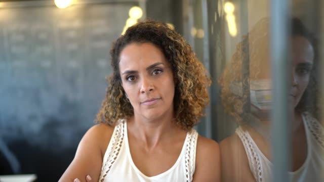 reife latin-weibliche geschäftsfrauen-porträt - ernst stock-videos und b-roll-filmmaterial