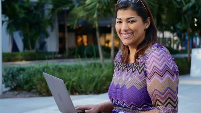 reife latina geschäftsfrau im bankenviertel in usa mit laptop in der pause - übergrößen model stock-videos und b-roll-filmmaterial