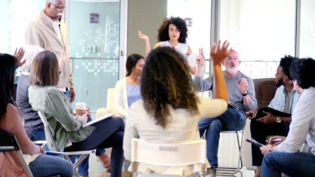 成熟した男性家主協会会長が投票で住宅所有者を導く - community activism点の映像素材/bロール