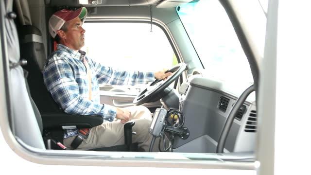 Homme mûr, grimpant dans la cabine du camion semi - Vidéo