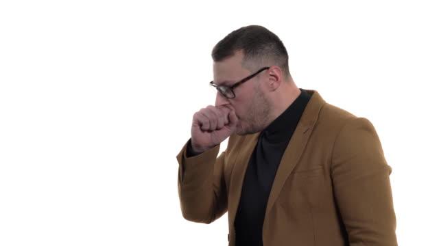 stockvideo's en b-roll-footage met rijpe mens die op witte achtergrond hoest - men blazer