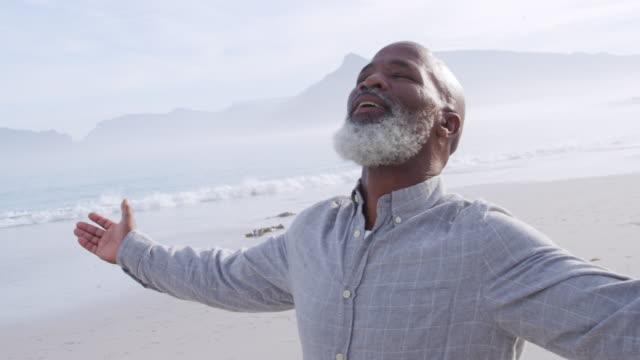 olgun adam deniz dışında zaman zevk - orta yaşlı adam stok videoları ve detay görüntü çekimi