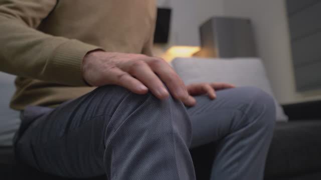 vídeos de stock, filmes e b-roll de homem maduro que sente a dor do joelho, inflamação comum, doença da osteoartrite, saúde - articulação humana