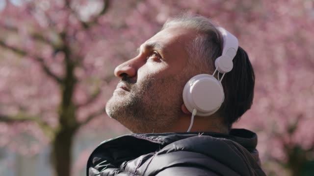 äldre man lyssnar på musik i parken - gothenburg bildbanksvideor och videomaterial från bakom kulisserna