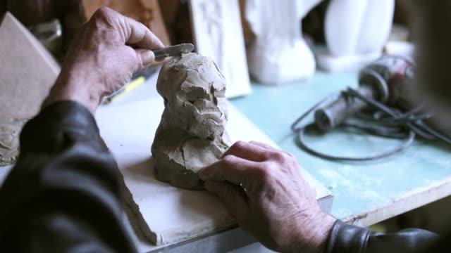 粘土の彫像を作る中年の男性 - 彫刻点の映像素材/bロール