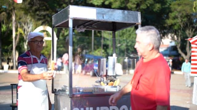 churro street satan adam olgun - pazarcı stok videoları ve detay görüntü çekimi
