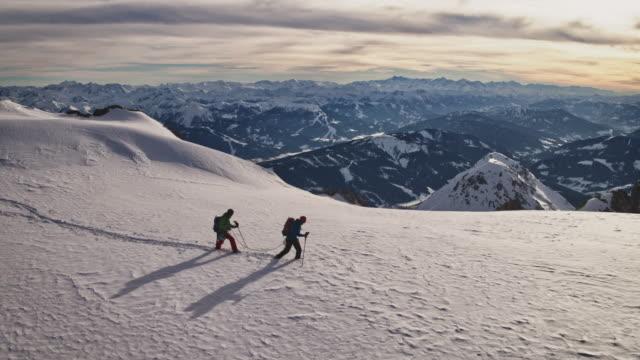 mogna män vandring på snötäckta klippa - djupsnö bildbanksvideor och videomaterial från bakom kulisserna