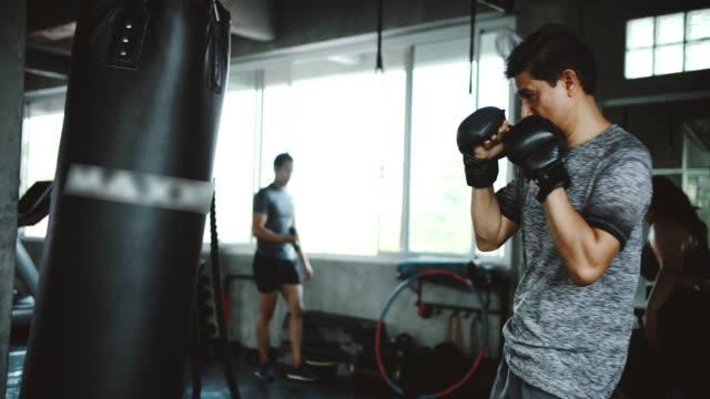 allenamento per buste perforate da uomini maturi - sacco per il pugilato video stock e b–roll