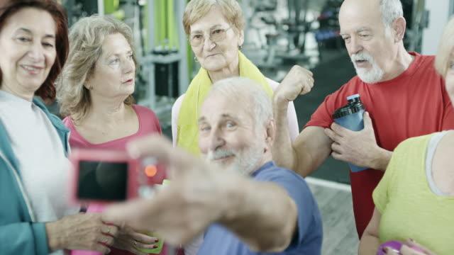 äldre personer som tar en selfie i gymmet - gym skratt bildbanksvideor och videomaterial från bakom kulisserna