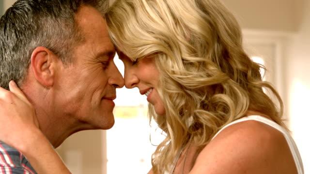 vídeos de stock e filmes b-roll de maduro casal sorridente com romance - cooker happy